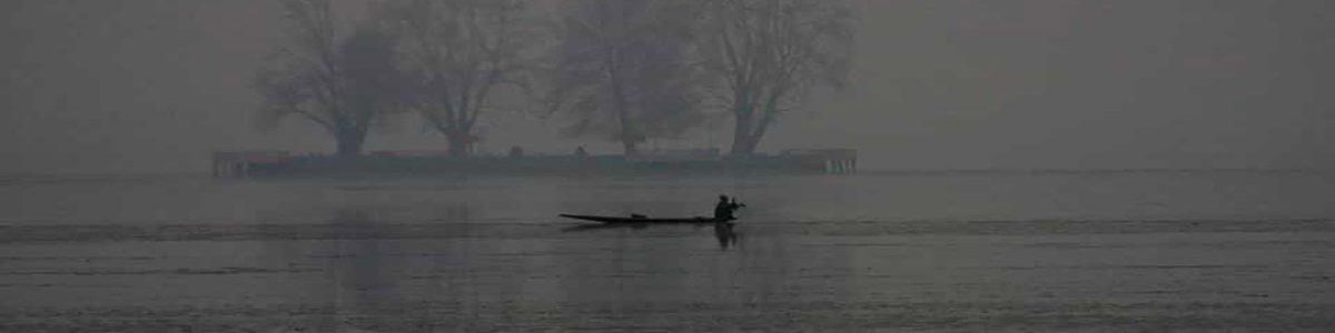 fisherman-pollution-srinagar-srinagar-december-kashmiri-srinagar_85646230-1877-11e8-80b7-5f600041ef82